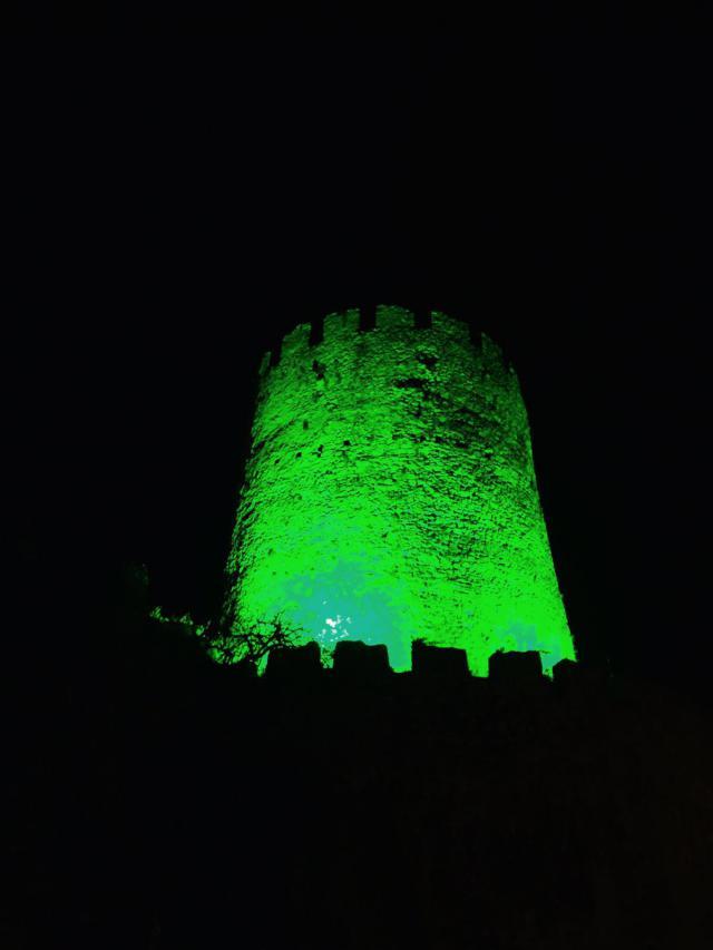 Torre medieval de Llanes iluminada para celebrar San Patricio 2016