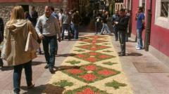 Las Asociaciones salvan con su apoyo las alfombras florales del Corpus Llanisco