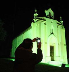 La Capilla de San Patricio de Pancar se ilumina de verde